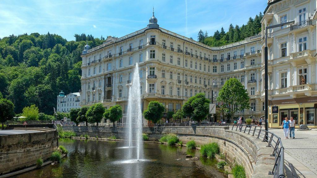 Karlovy Vary ist eine beliebte Kurstadt im Westen der Tschechischen Republik.